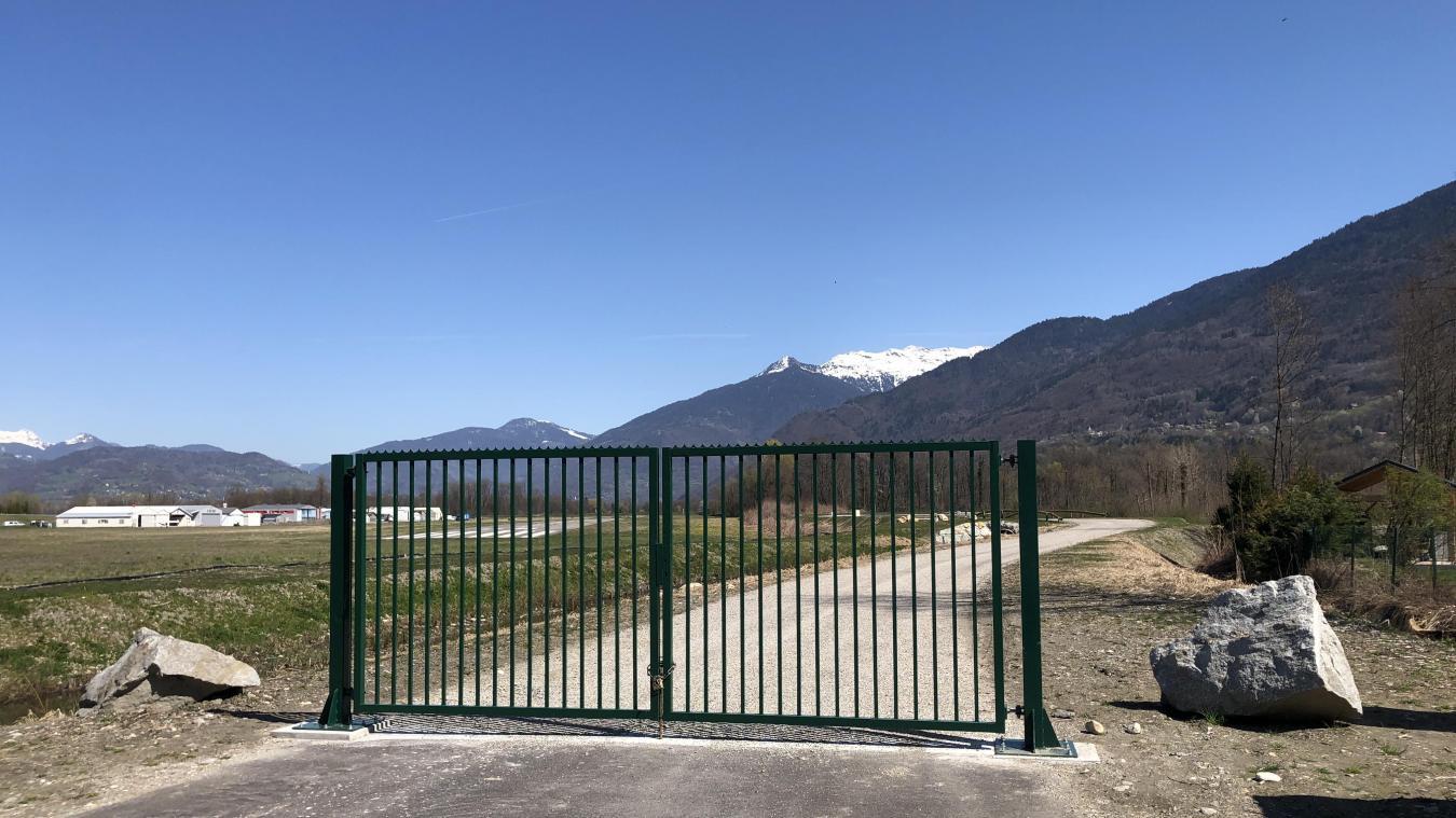 La nouvelle aire des gens du voyage de Tournon se situe juste derrière l'aérodrome.