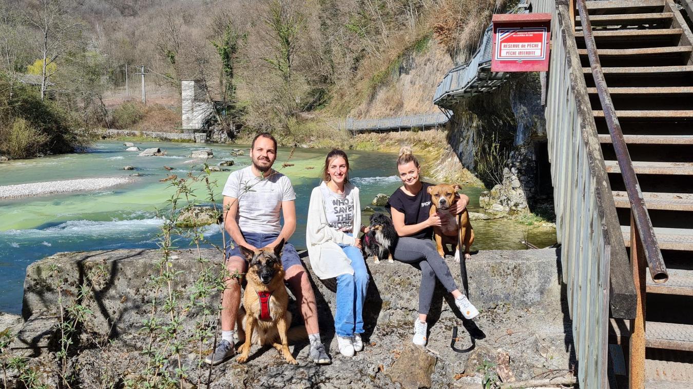 Alexis Moisson, Gwendoline Vaduret et Laurène Rosset, les trois fondateurs de l'association avec leurs animaux de compagnie.