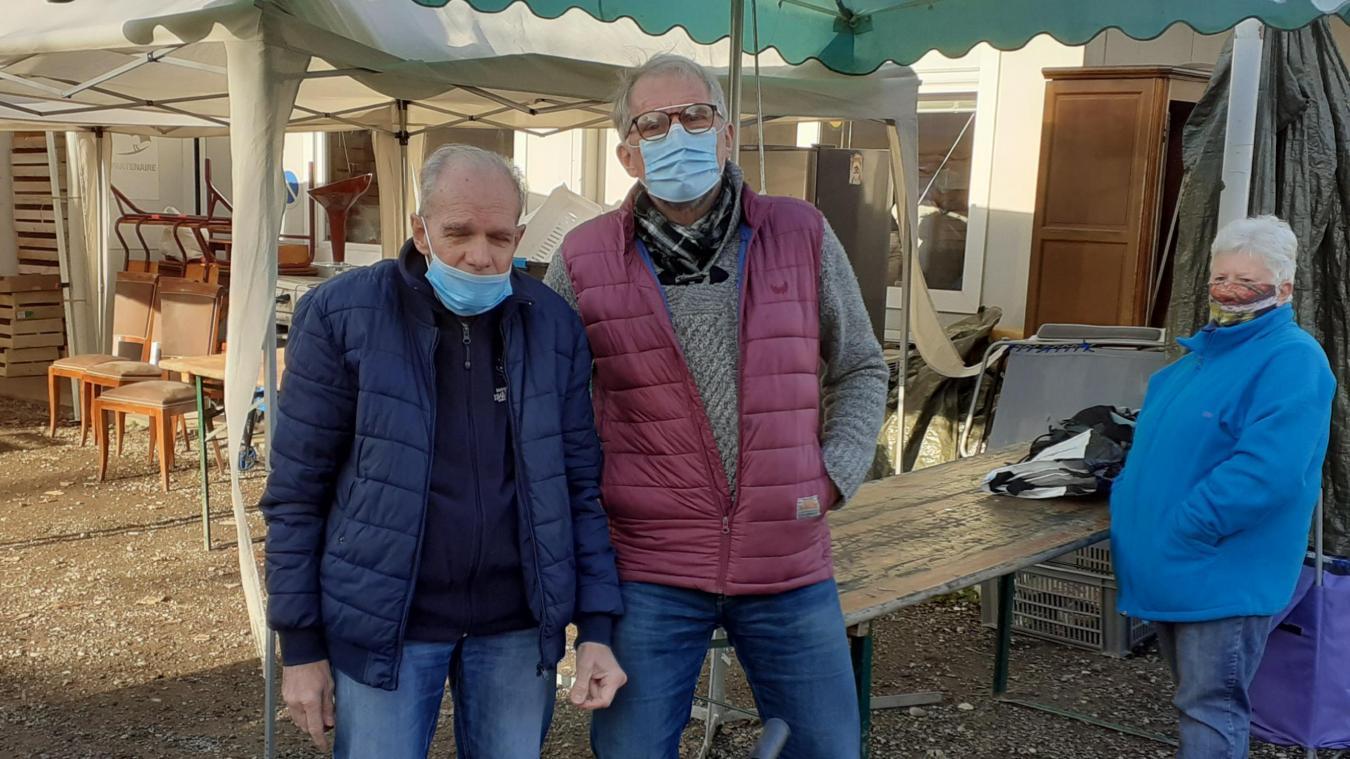Patrick Petitpas, à droite, travaille avec l'Entraide Aixoise pour permettre aux personnes défavorisées d'avoir un vélo.