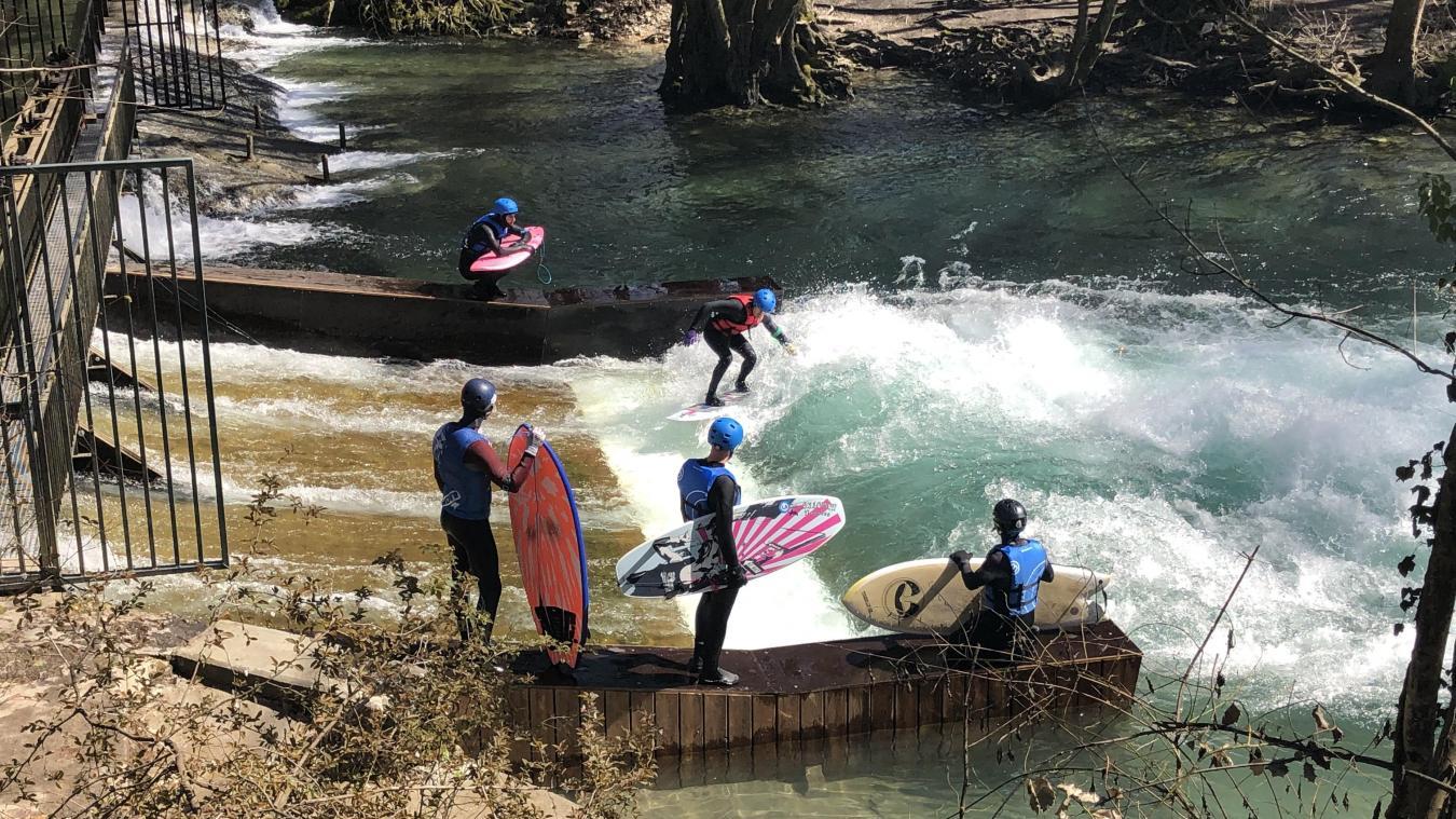 Les surfeurs pratiquent durant une heure, par groupe de six personnes.
