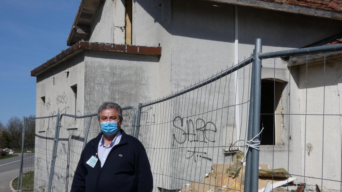 Patrick Baptendier, président de l'association Sourire des Anges, devant la gare de Mésinges en démolition.