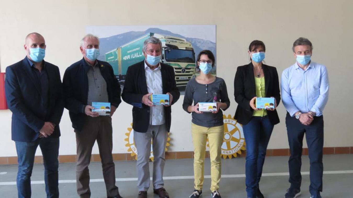 Cinq Rotariens avec Muriel Lasvenes, présidente du sou des écoles de Bellegarde.