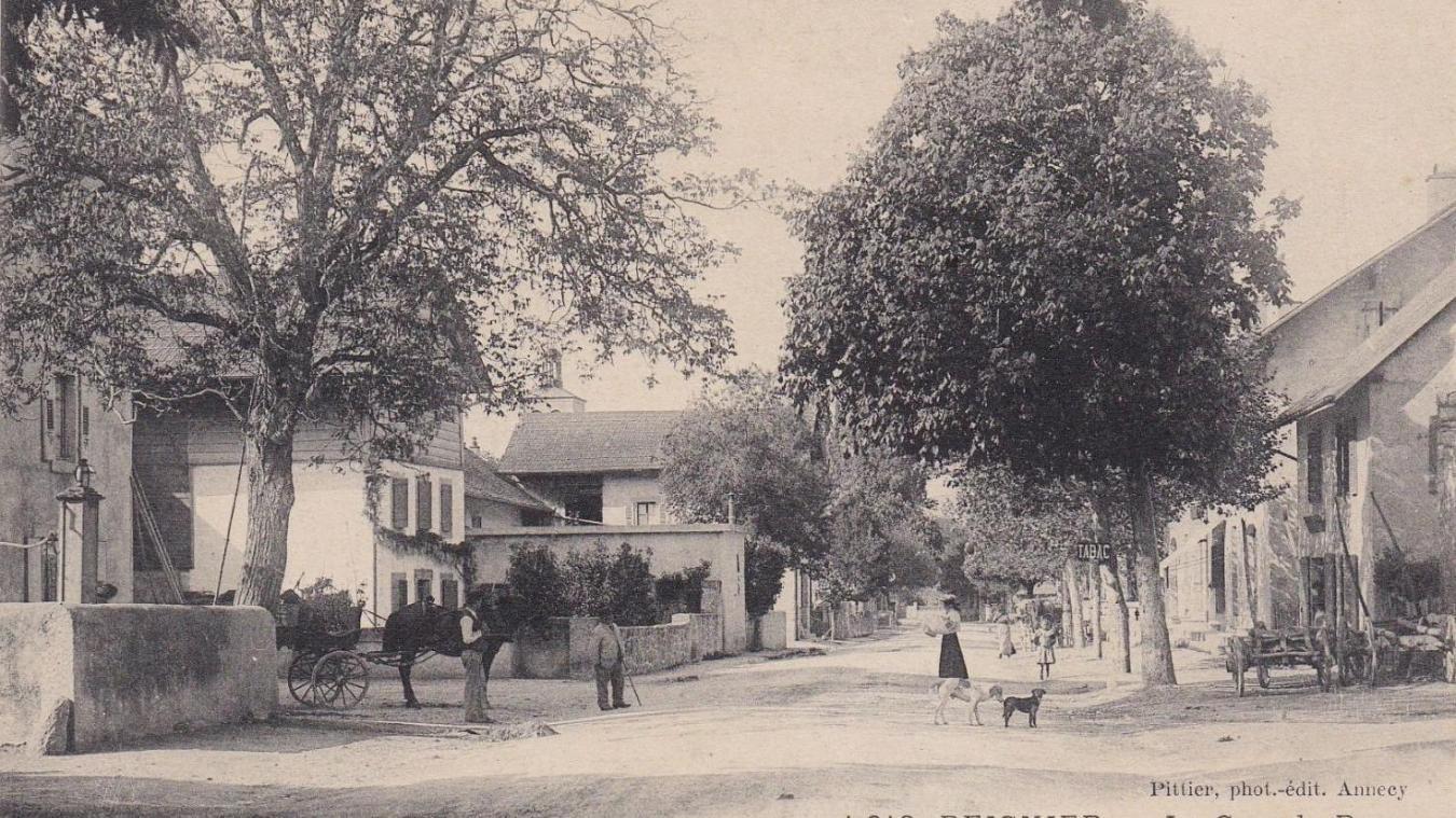 La grande rue de Reignier à l'époque où deux citoyens genevois, accusés d'être des traîtres à la solde des Prussiens, ont failli être lynchés par la foule.