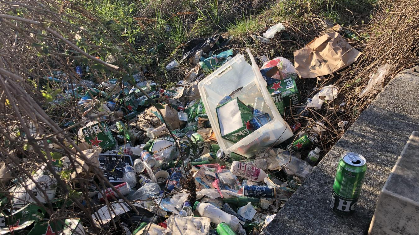 Les déchets s'entassent depuis plus de trois ans selon une riveraine.