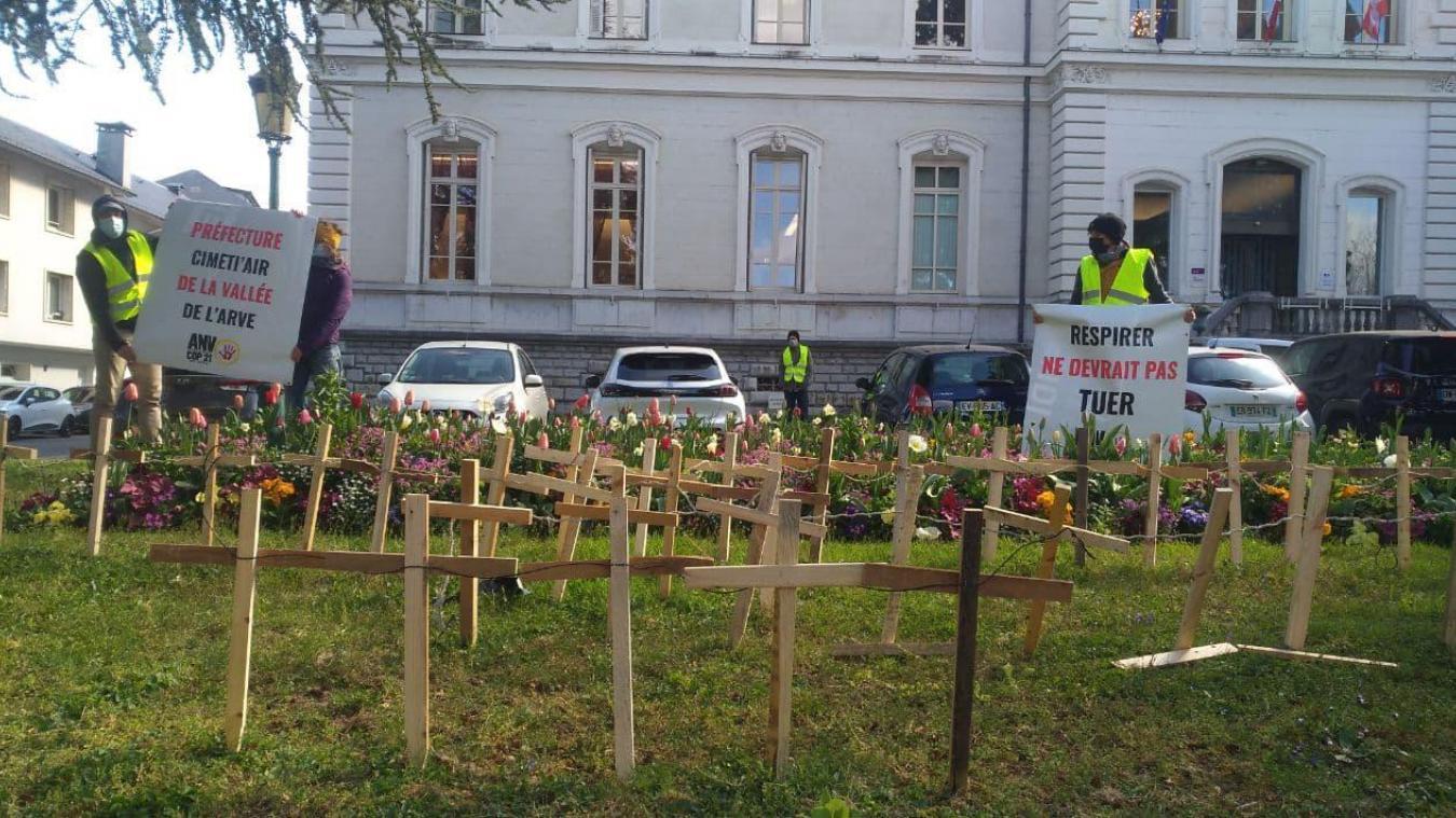 85 croix ont été plantées dans la pelouse de la préfecture de la Haute-Savoie à Annecy.