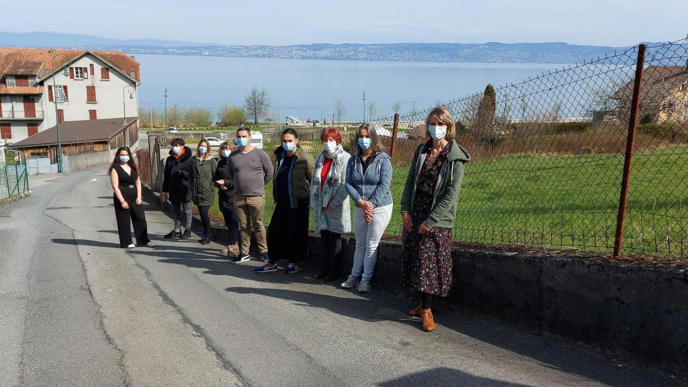 Une partie des opposants au projet, tous signataires de la pétition, devant le terrain de la Creuse.
