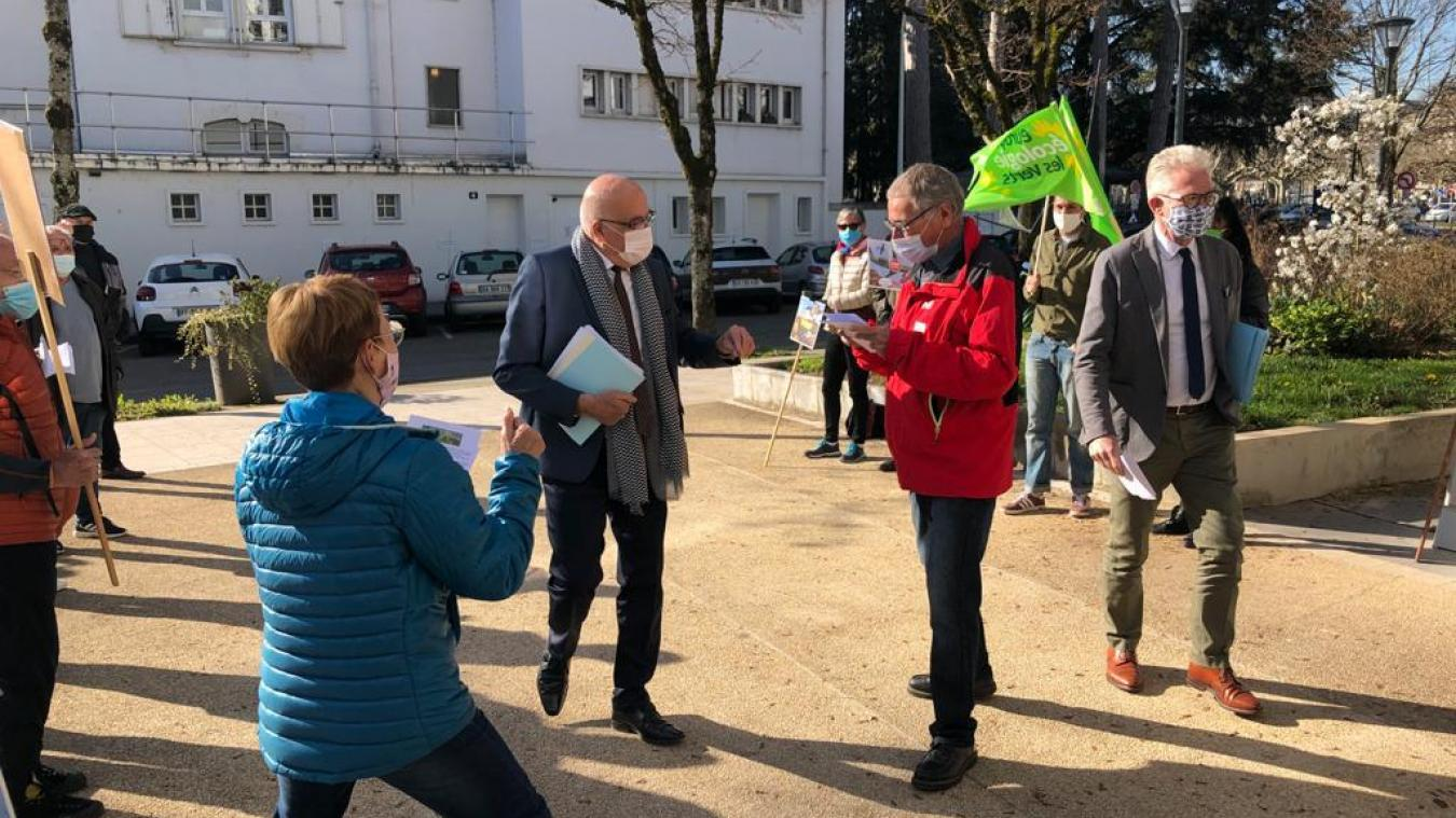 Le collectif Crash saisit chaque opportunité pour interpeller le président du conseil départemental Christian Monteil, ici le 29 mars dernier.