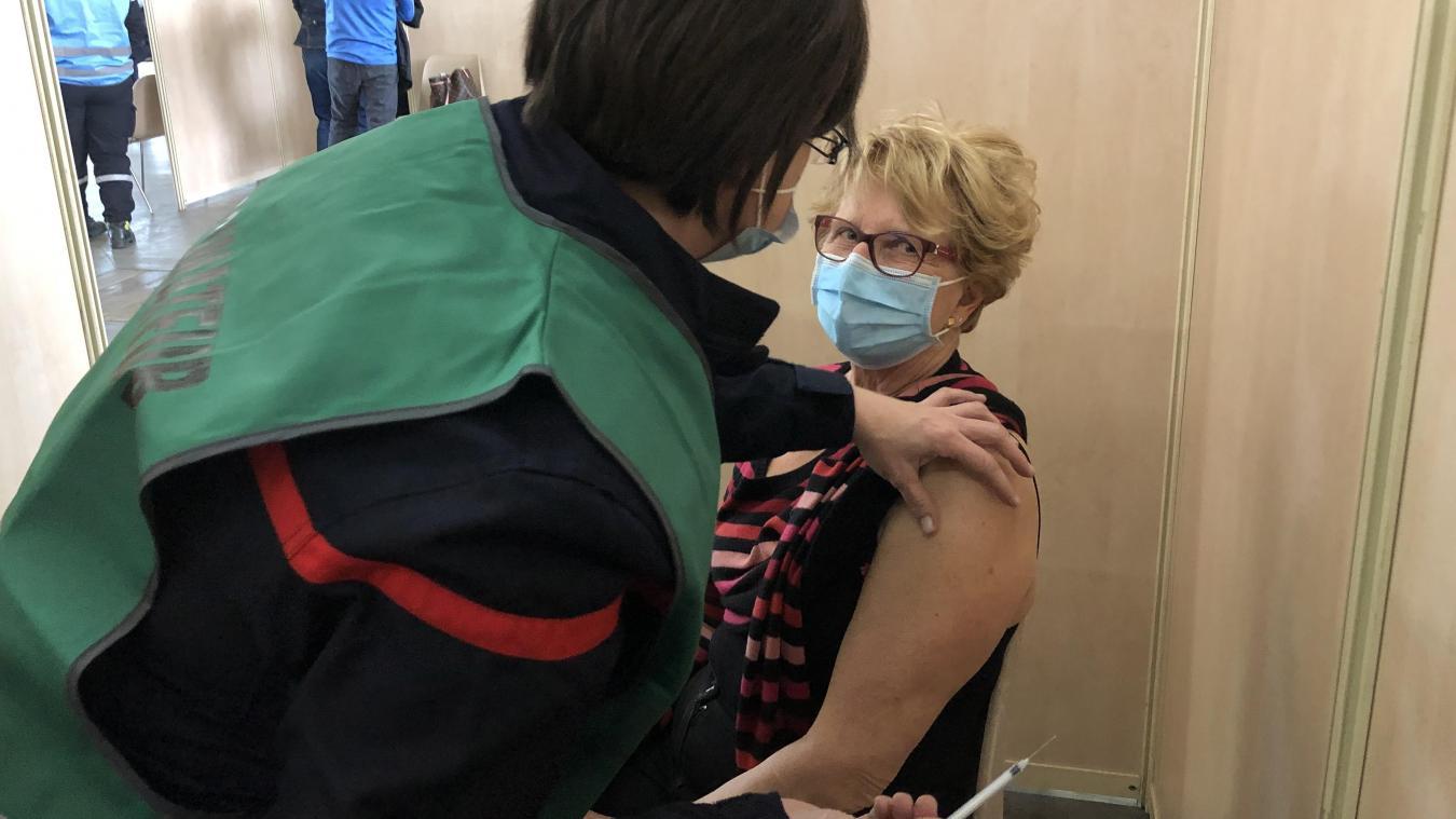 Jusqu'à la fin de la semaine, six lignes sont ouvertes avec environ 450 vaccinations effectuées par jour, au vaccinodrome de Haute-Savoie, à La Roche-sur-Foron.