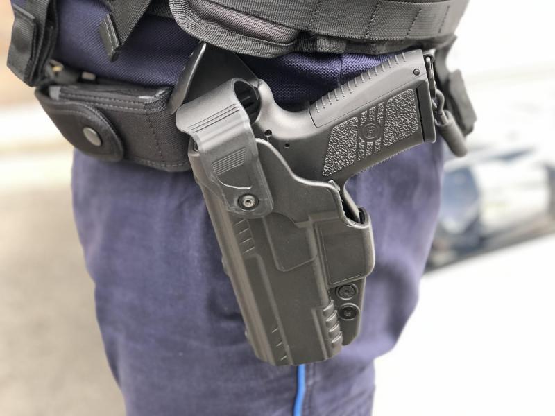 Les policiers portent un semi automatique de la marque tchèque CZ (Ceska Zbrojovka).