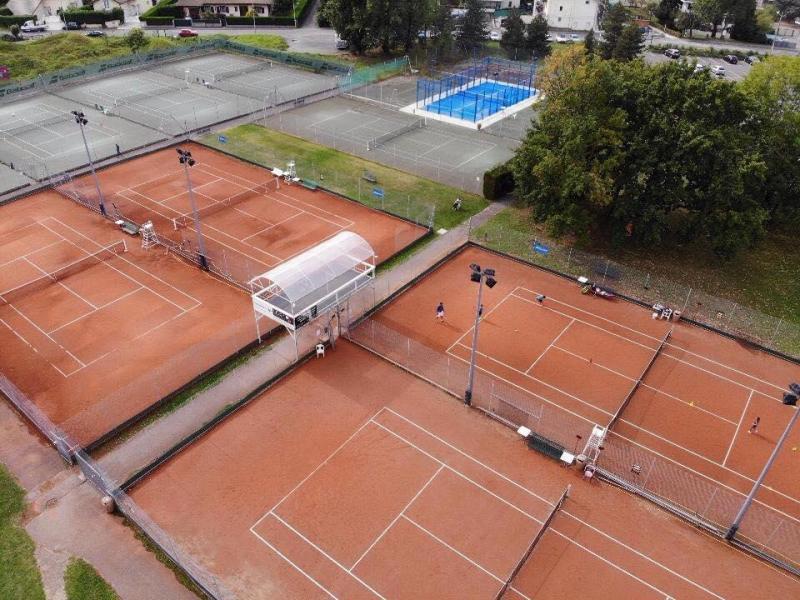 Le tennis club dispose de neuf courts extérieurs, quatre courts intérieurs, un terrain de padel et une salle de squash.