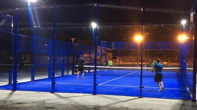 Le padel, qui se joue en deux contre deux dans une arène vitrée et grillagée, est une sorte de mixte entre le tennis et le squash.