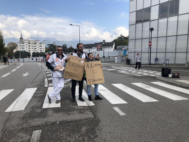 « Un klaxon = un soutien », tel est le slogan des manifestants devant les urgences.