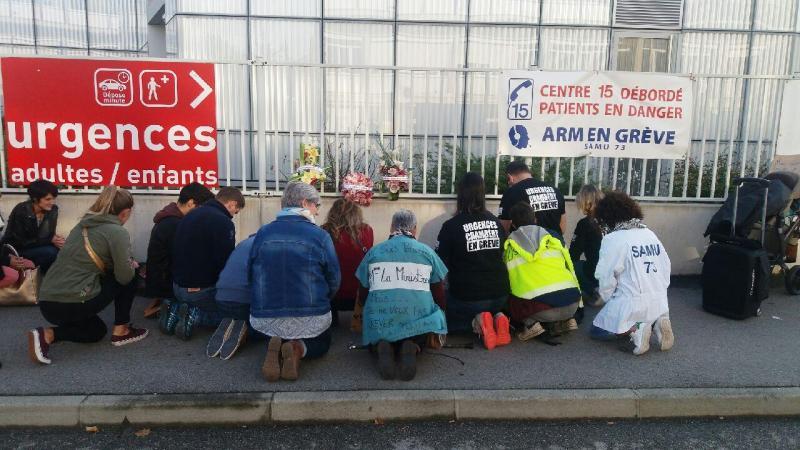 Après la distribution de tracts, plusieurs membres du personnel hospitalier ont mené une action symbolique, pour rendre hommage aux urgences, à l'hôpital et au Samu.