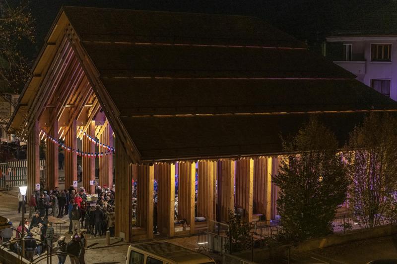 La halle couverte de Faverges-Seythenex est d'une superficie de 450 m 2  au sol pour 12 mètres de hauteur.
