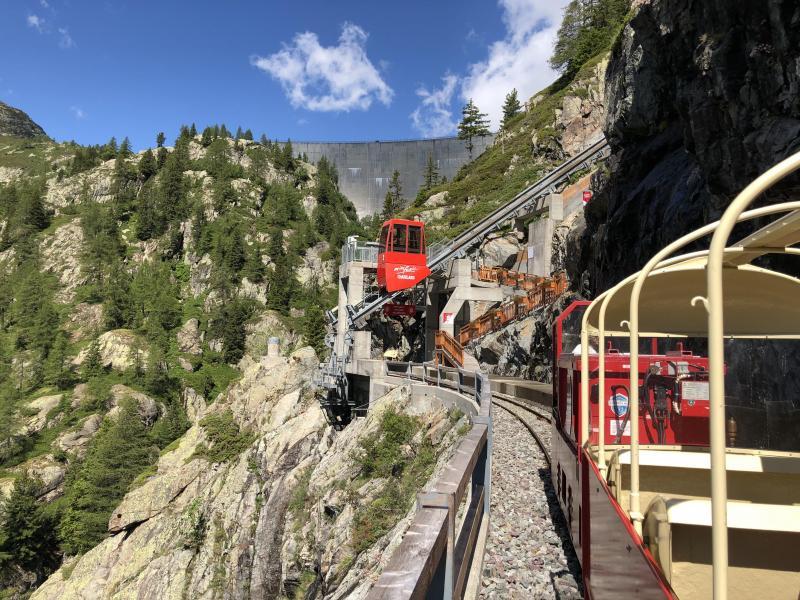 Depuis Le Châtelard Village, rendez-vous au barrage d'Emosson en empruntant un funiculaire, un train touristique et le minifunic.