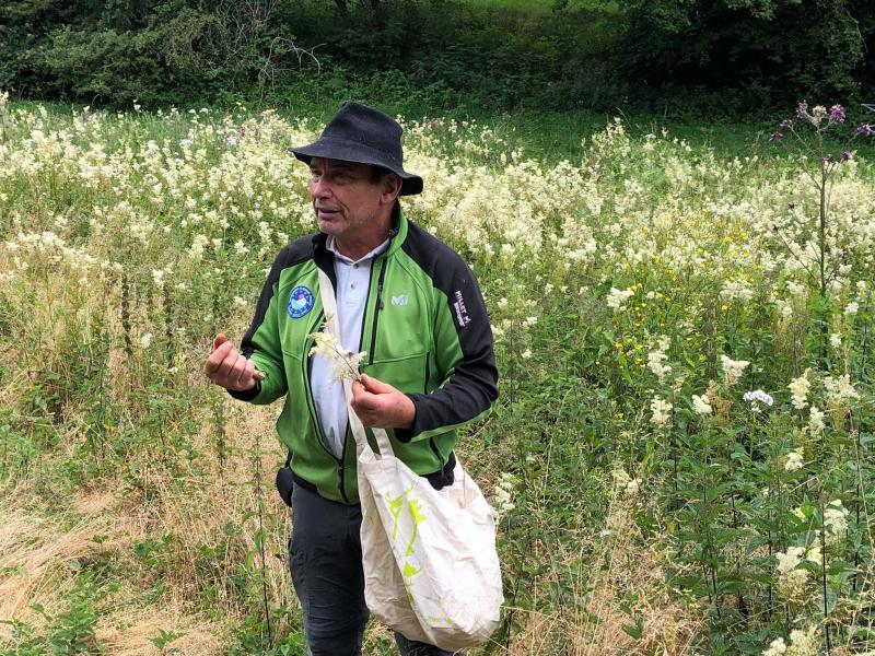 Patrick Loste, accompagnateur en moyenne montagne, est intarissable sur les plantes sauvages.