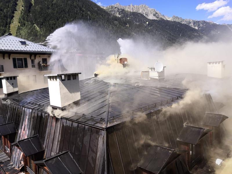 Une soixantaine de sapeurs-pompiers sont mobilisés à Chamonix pour lutter contre un incendie qui a touché la toiture d'un immeuble d'appartements de quatre étages. Photos SDIS74