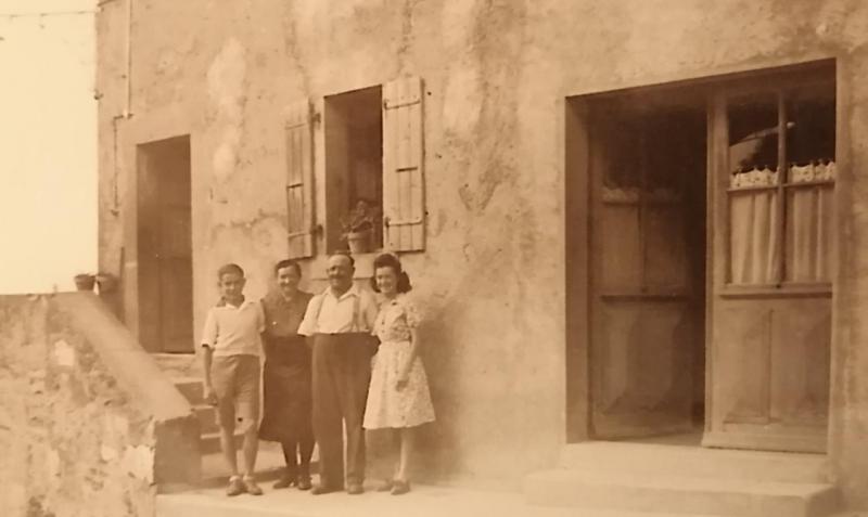 La famille devant Le Bistro de Chilly.