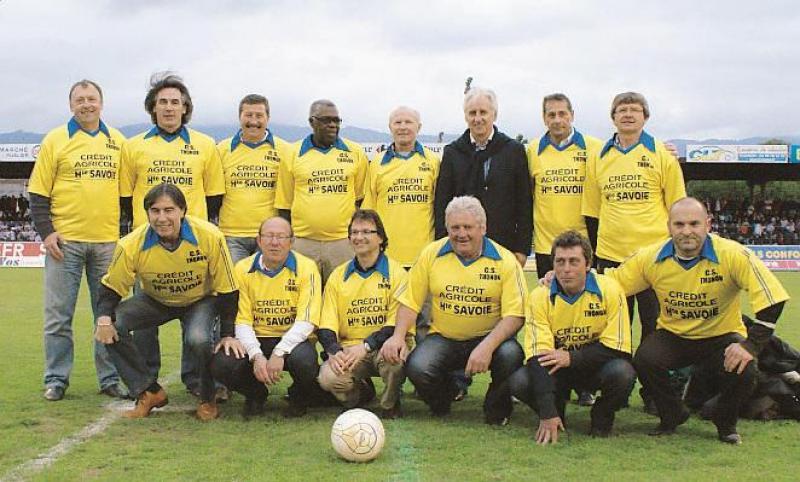 Claude Alponse (troisième debout en partant de la gauche) au stade Moynat en 2010 aux côtés de ses anciens coéquipiers.