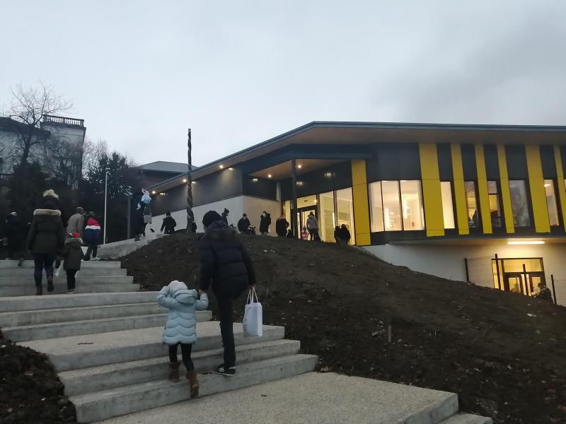 Les élèves ont été accueillis par leurs enseignants pour partir à la découverte de leur nouveau lieu d'apprentissage.