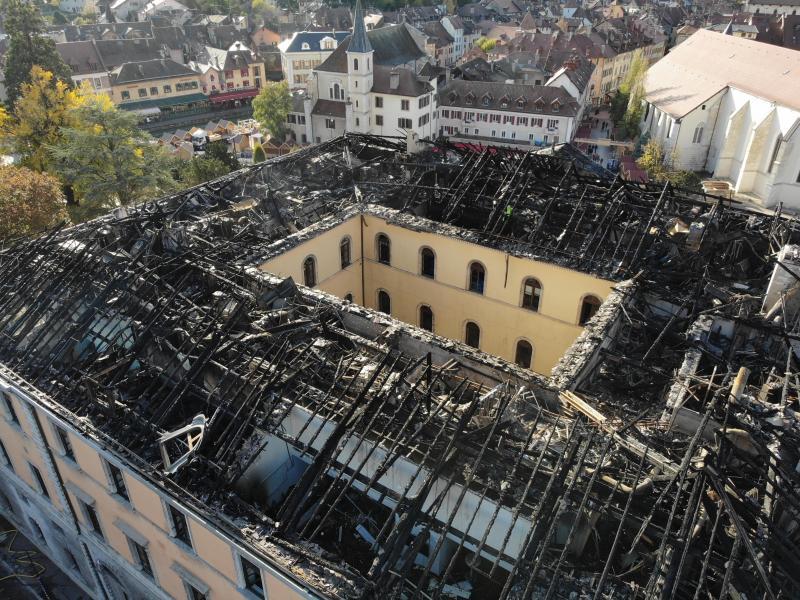 Deux facettes d'une même image, lors de l'incendie de l'hôtel de ville d'Annecy en 2019: la photo classique et son pendant thermique.