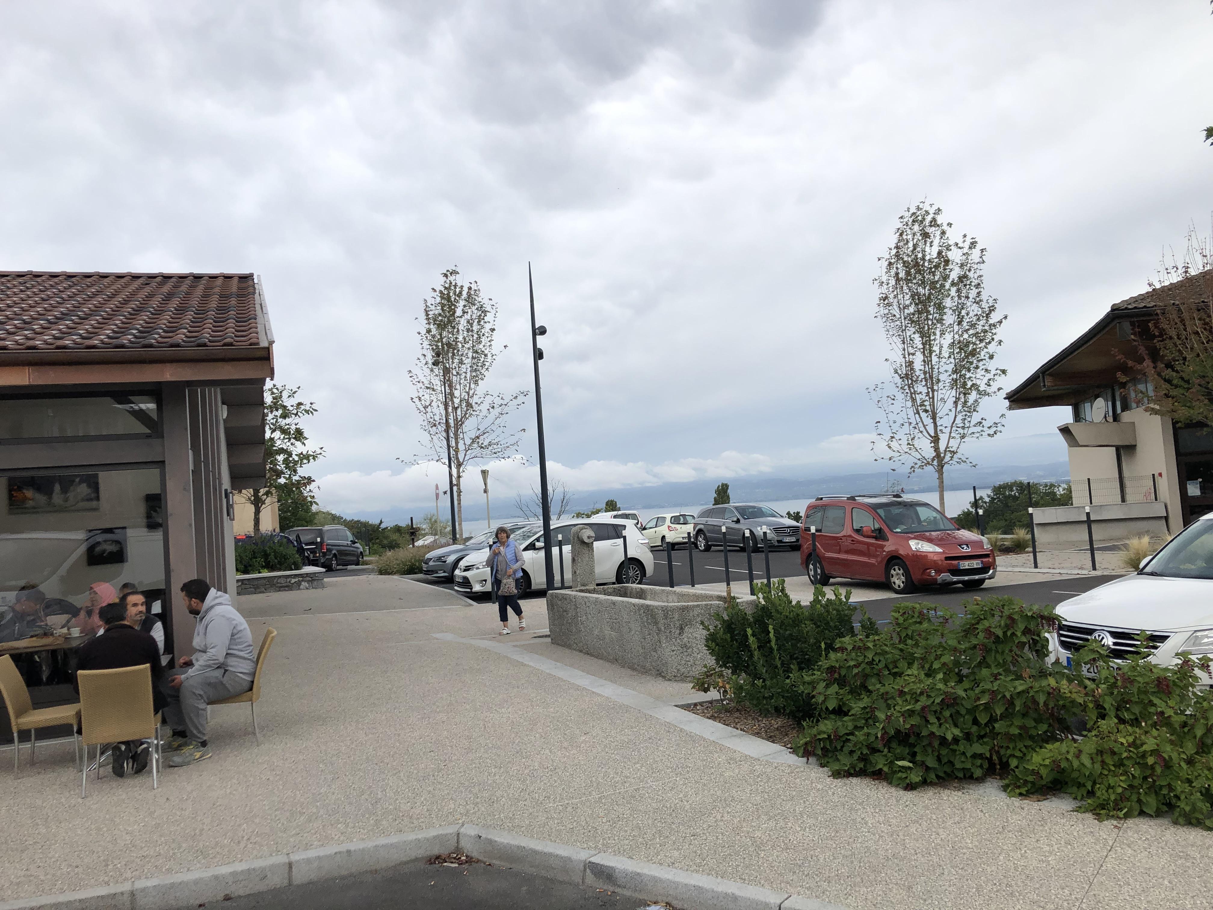 La destruction de la grange et de deux bâtiments a permis d'agrandir le parking et de dégager la vue sur le lac.