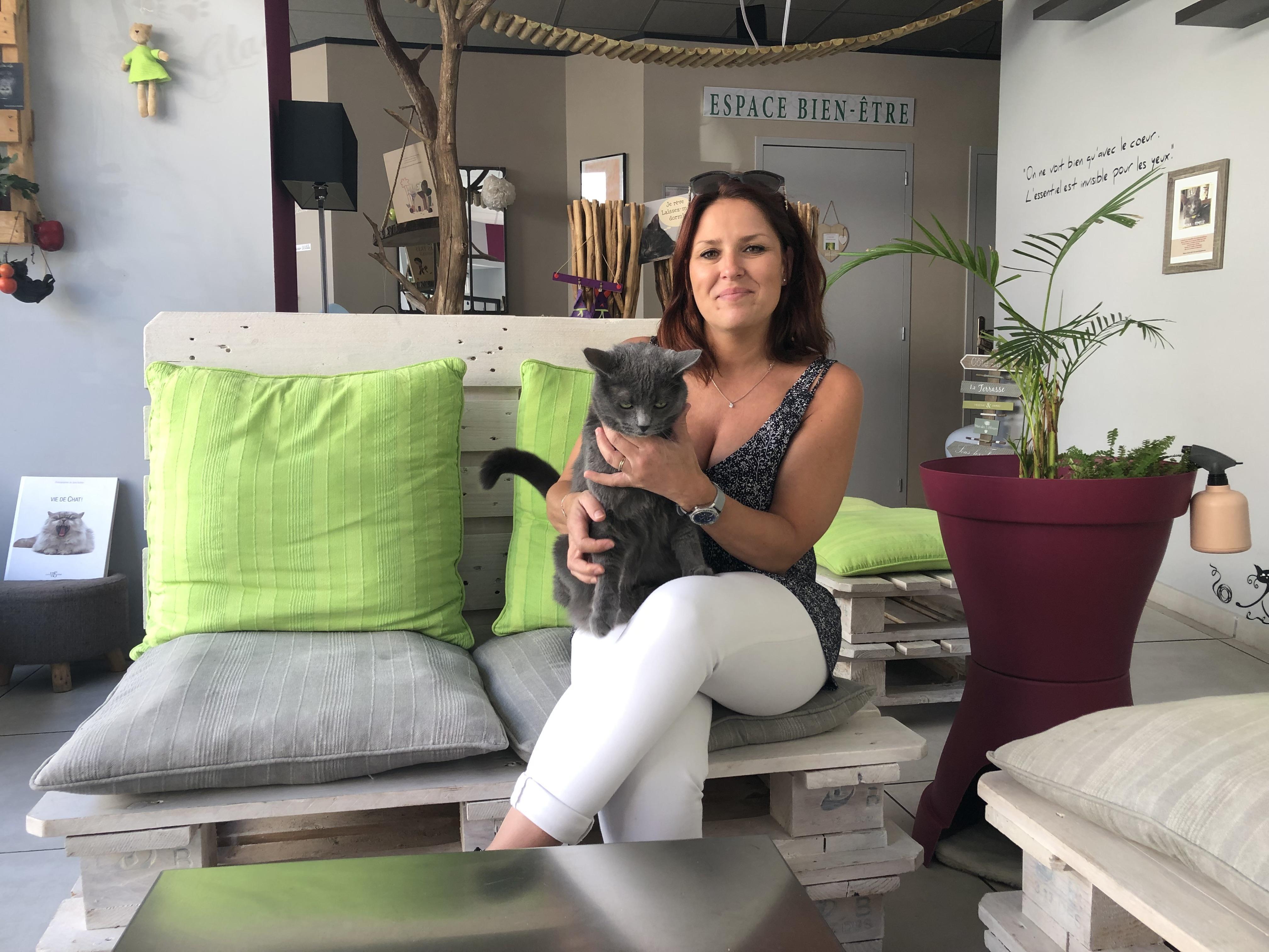 Amandine André, la propriétaire du bar à chats, et Mina, l'un des derniers chats arrivés.