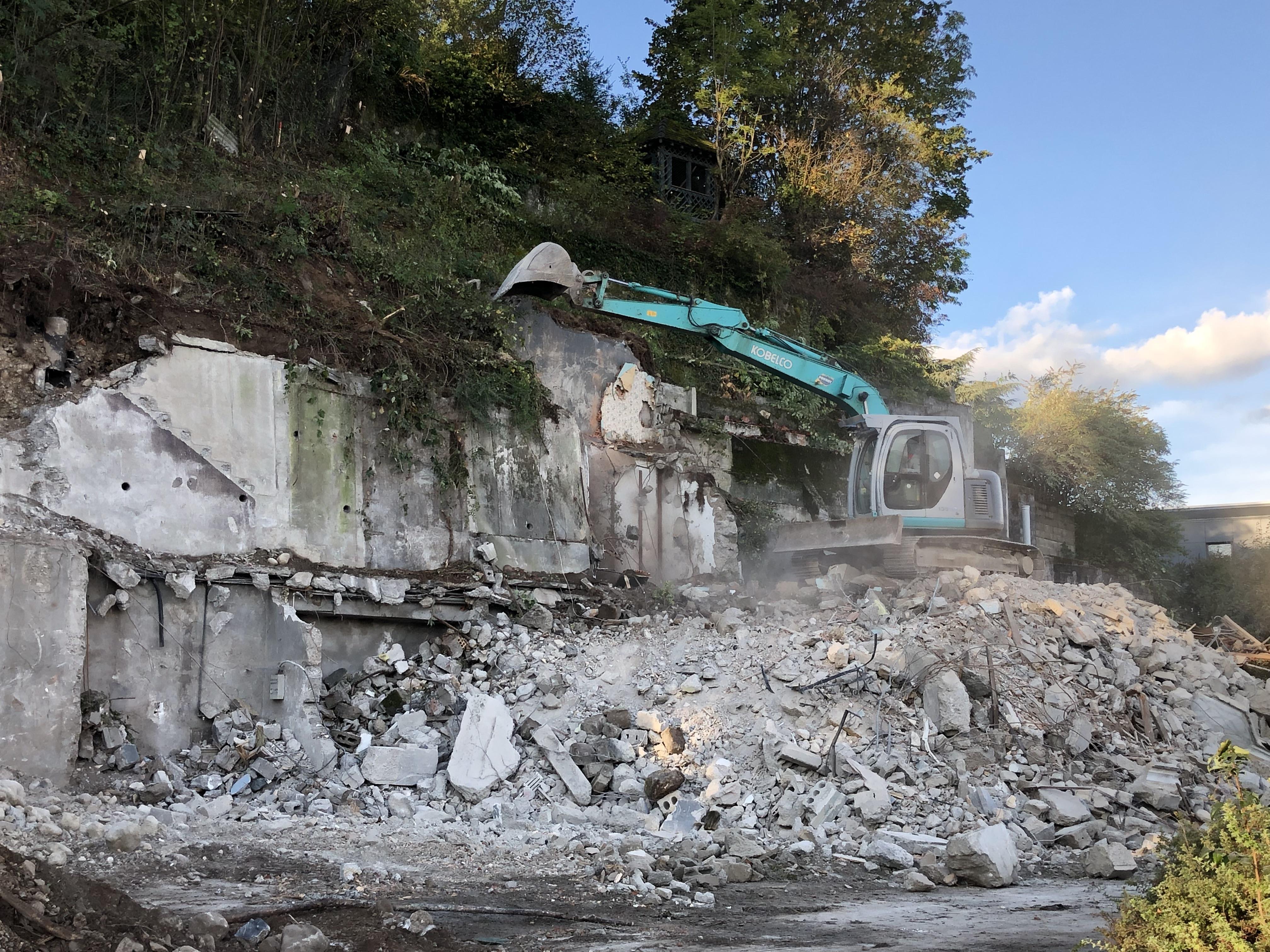 La maison située avenue des Vallées, près du laboratoire d'analyses médicales, est en cours de destruction.