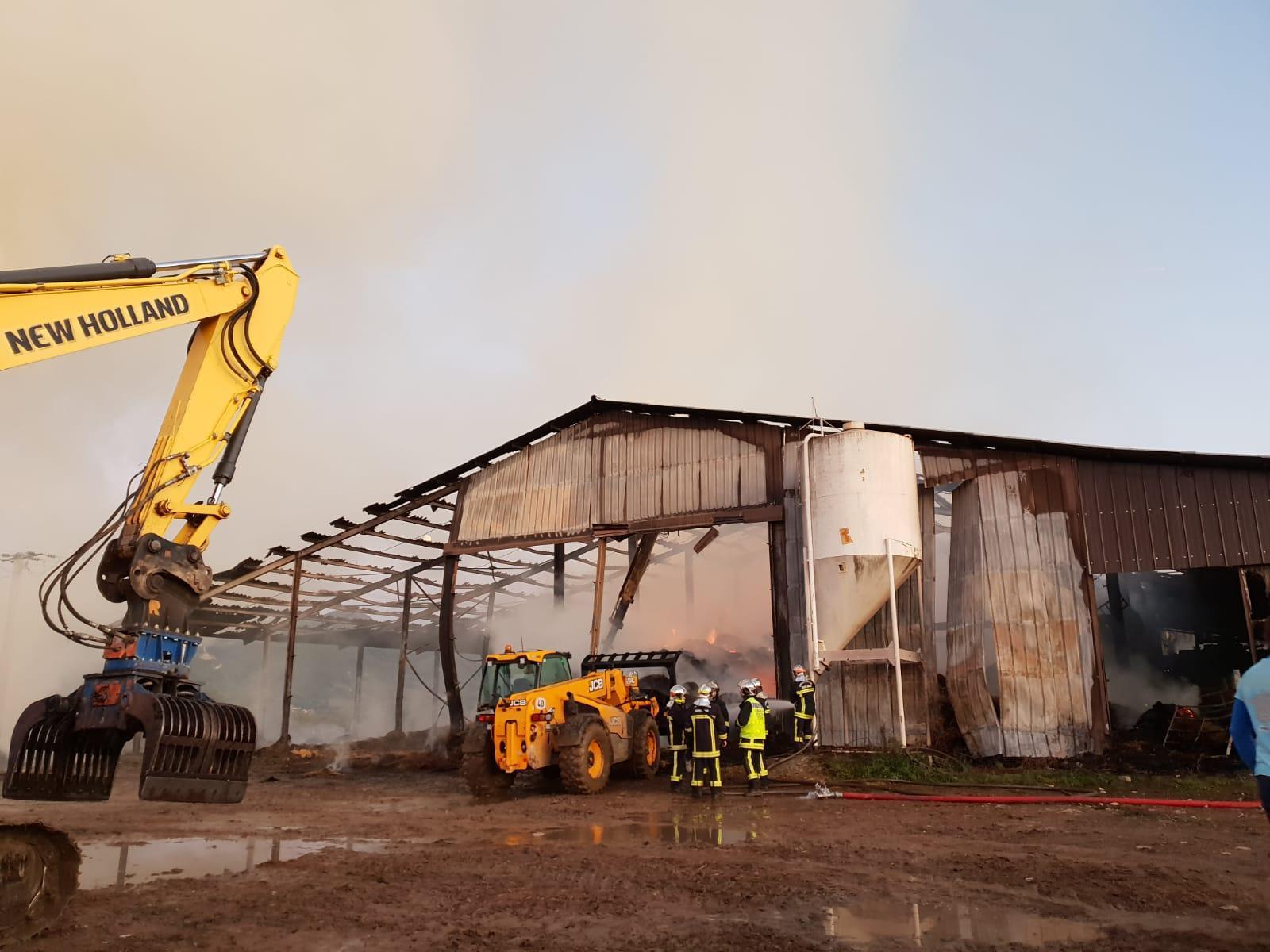 (VIDÉO & PHOTOS) Incendie d'un hangar à Scientrier: la fumée qui inquiète