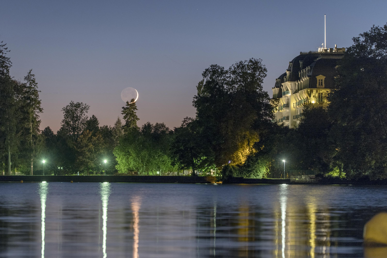 Reflet Impérial : Croissant de lune au-dessus de l'Impérial à Annecy. (Photo : Philippe Jacquot)