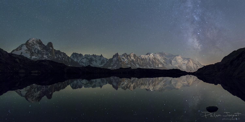 Mont-Blanc Lactée : Reflet du massif du Mont-Blanc et de la Voie Lactée dans le lac supérieur des Chéserys. (Photo : Philippe Jacquot)