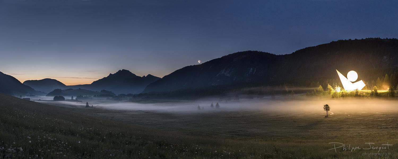 Brume sur le maquis : Lever d'un croissant lunaire à l'aube sur le plateau des Glières. (Photo : Philippe Jacquot)