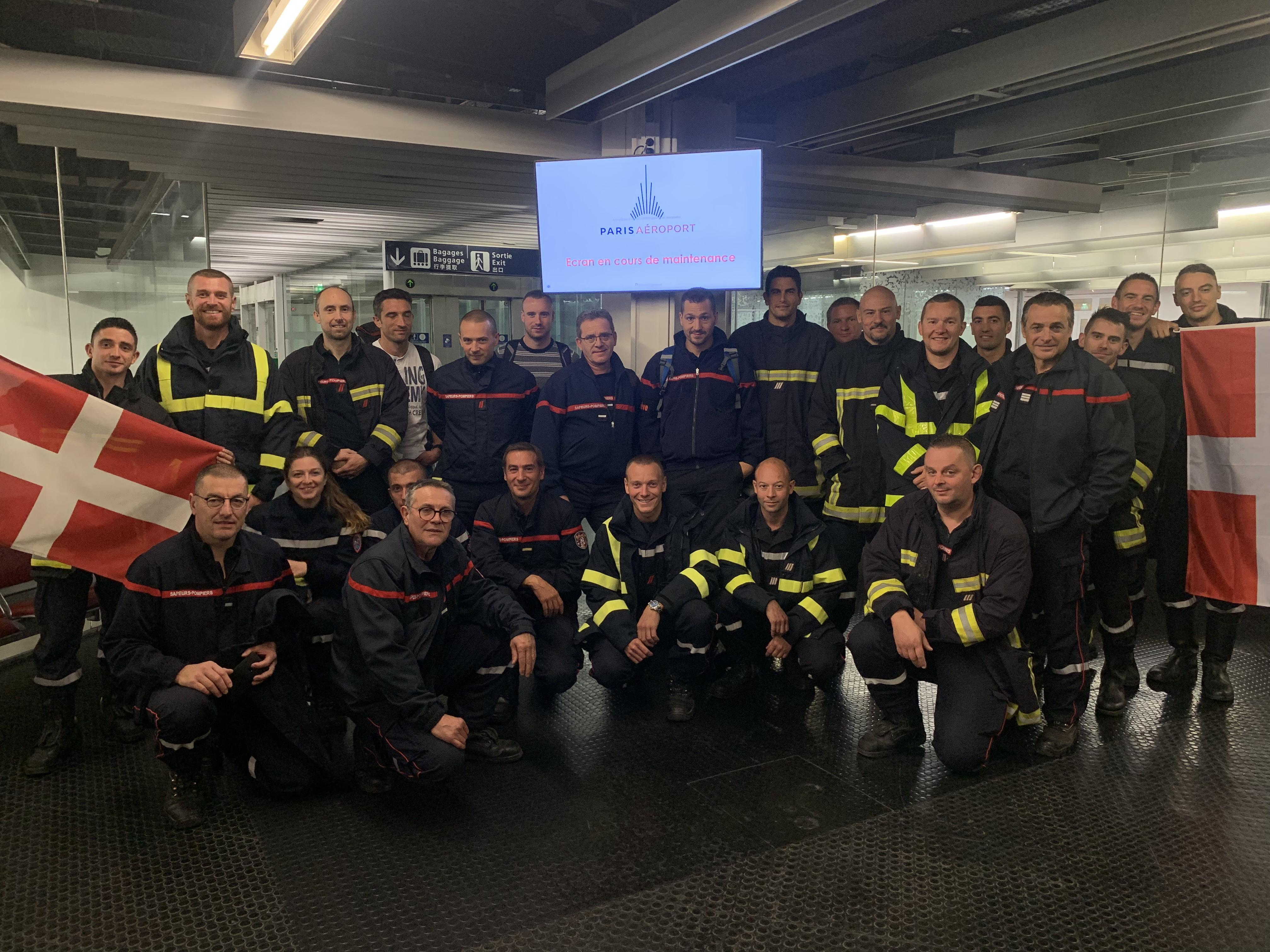 Certains pompiers haut-savoyards ont débarqué à Orly ce mardi matin. Ils attendaient le renfort de leurs collègues pour manifester. (Photos CFDT 74)