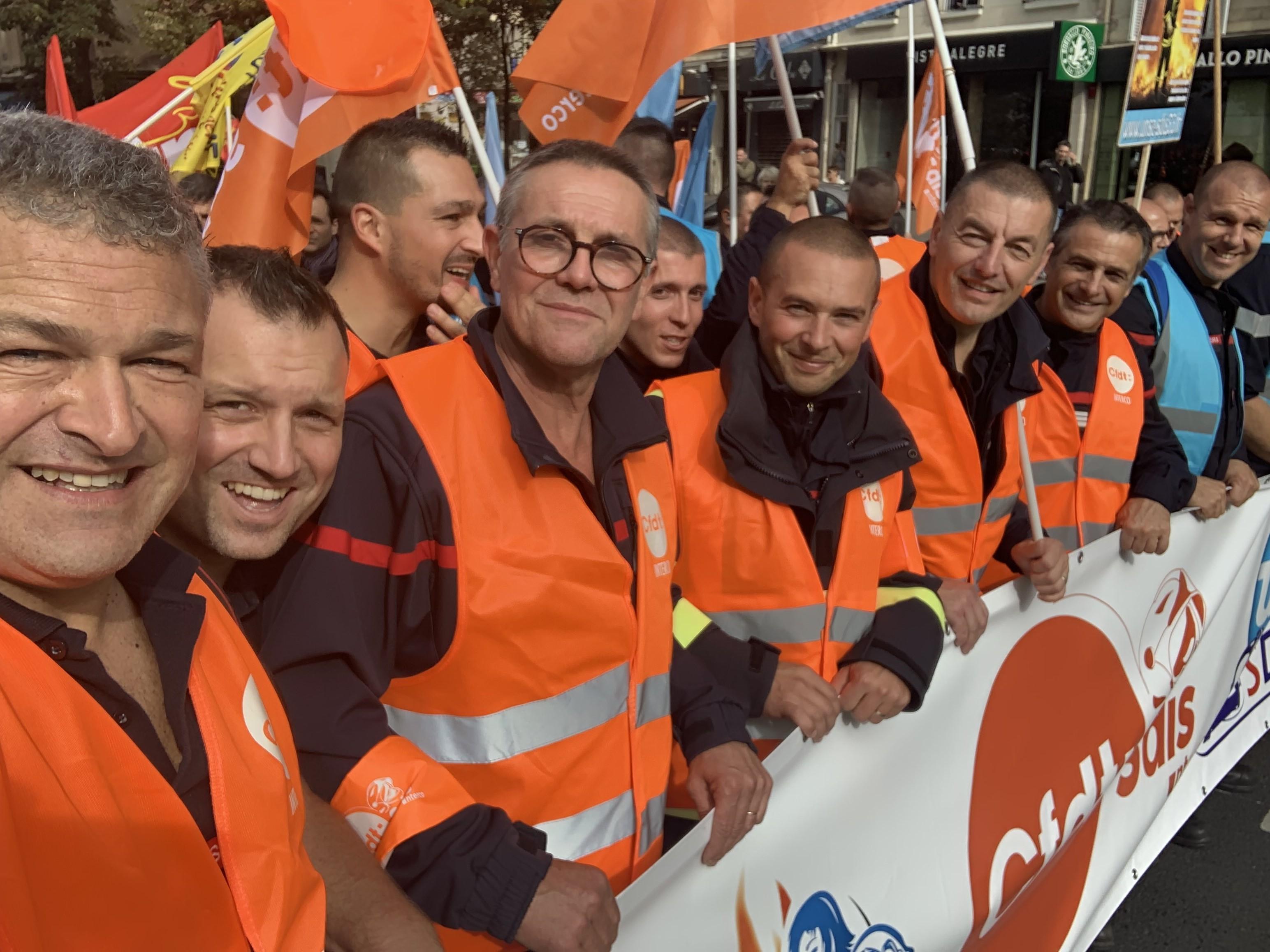 Mécontents de leurs conditions de travail, 150 pompiers haut-savoyards manifestent à Paris
