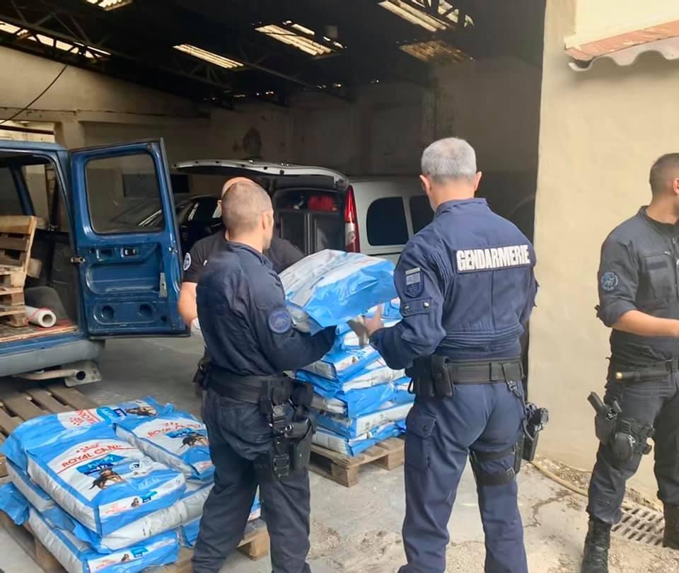 Lundi 14 octobre, les gendarmes du Gard ont mis fin à un trafic de croquettes qui sévissait près d'une usine Royal Canin. © Gendarmerie du Gard