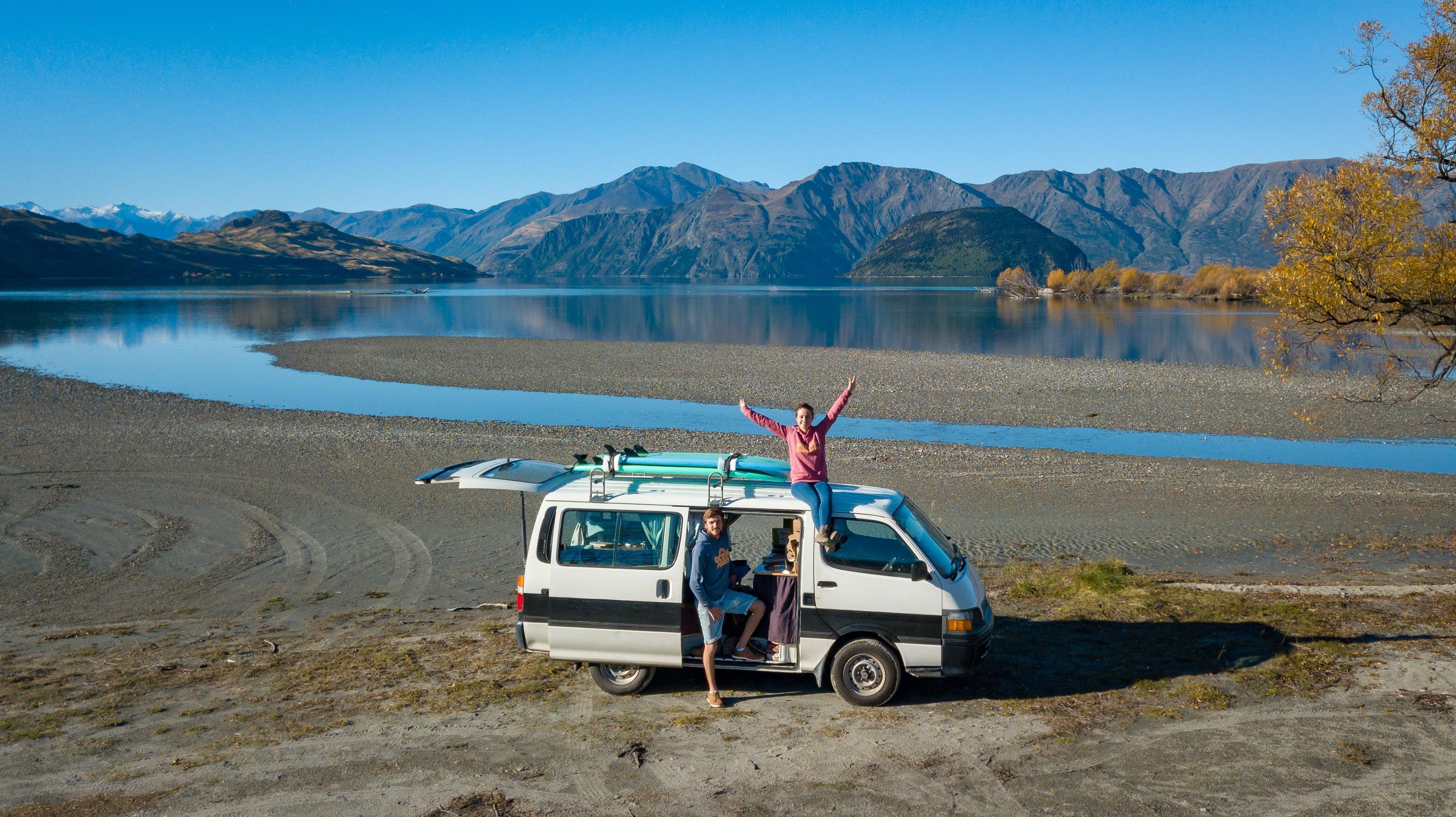 Océane et Théo ont arrêté leur van au lac de Wanaka, situé dans la région d'Otago en Nouvelle-Zélande.