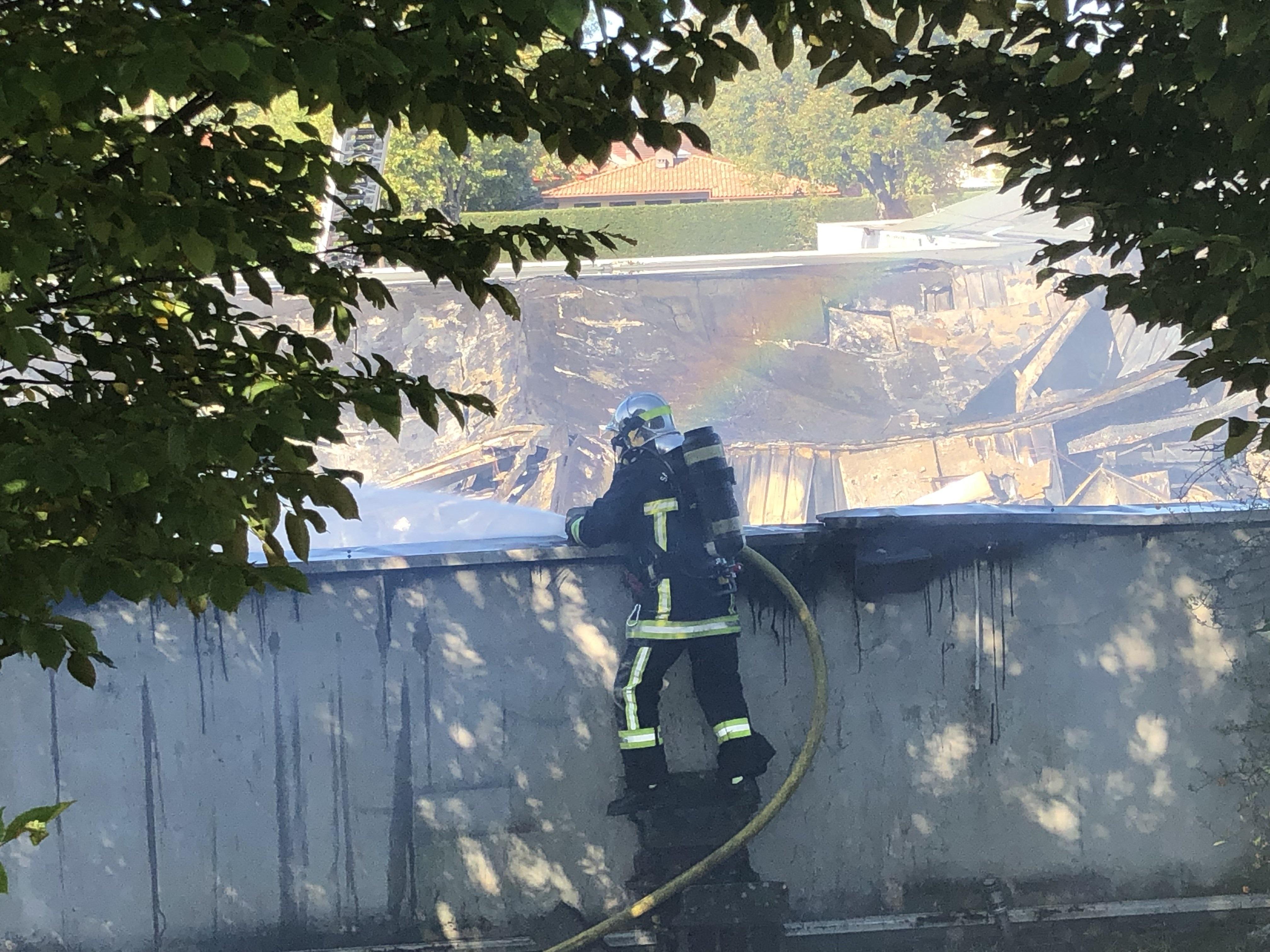 (PHOTOS & VIDEO) Incendie sur la zone commerciale de Marclaz : les dégâts sont importants