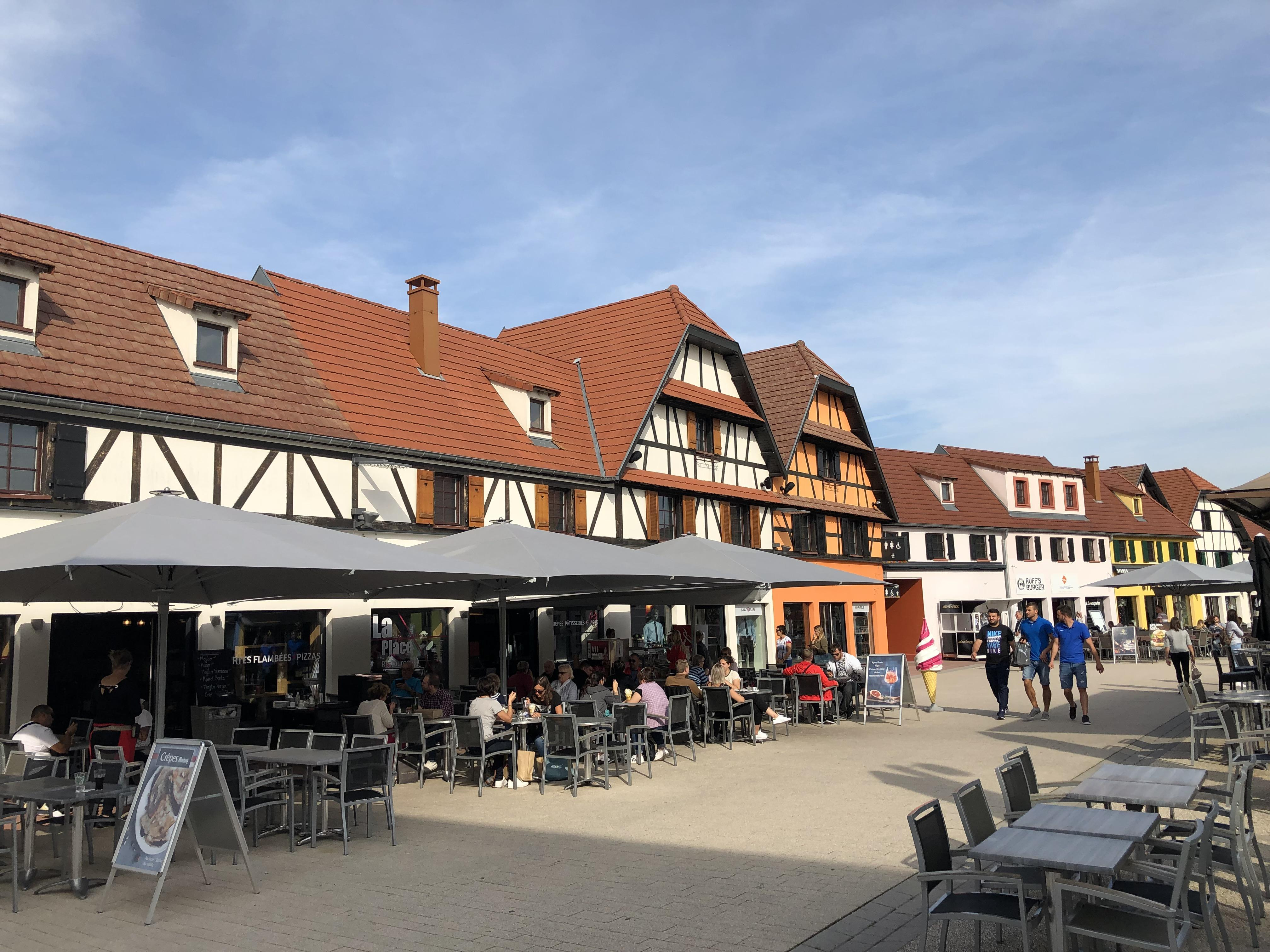 Le centre de marques compte des espaces de restauration et de détente.