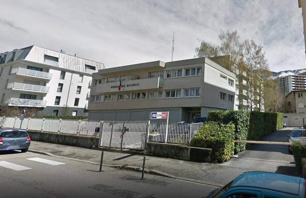 Les trois personnes sonten garde à vue dans les locaux de la gendarmerie à Aix-les-Bains. (capture d'écran Google Street View)