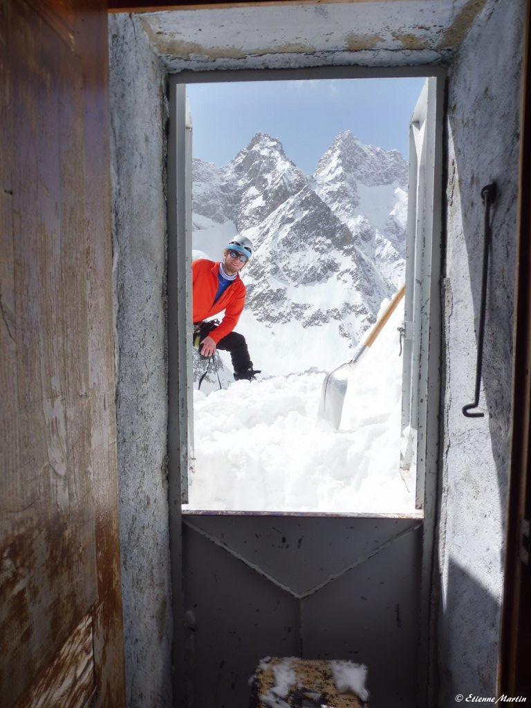 Après avoir creusé 3m3 de neige pour dégager la porte de la cabane  ! (massif de la Meige, avril 2018)