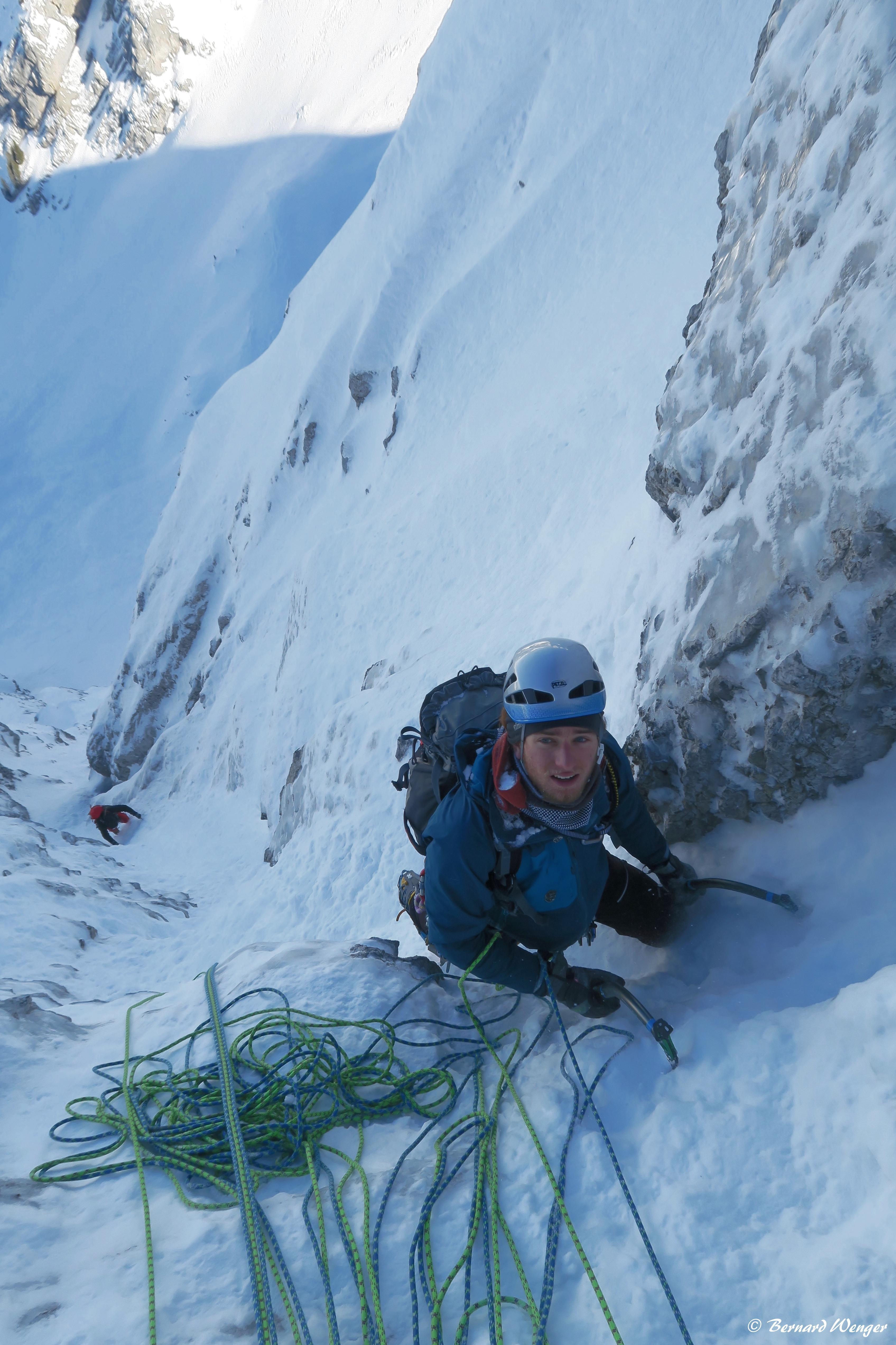 Ascension avec piolets et crampons d'une goulotte gelée. (massif des Aravis, février 2018)