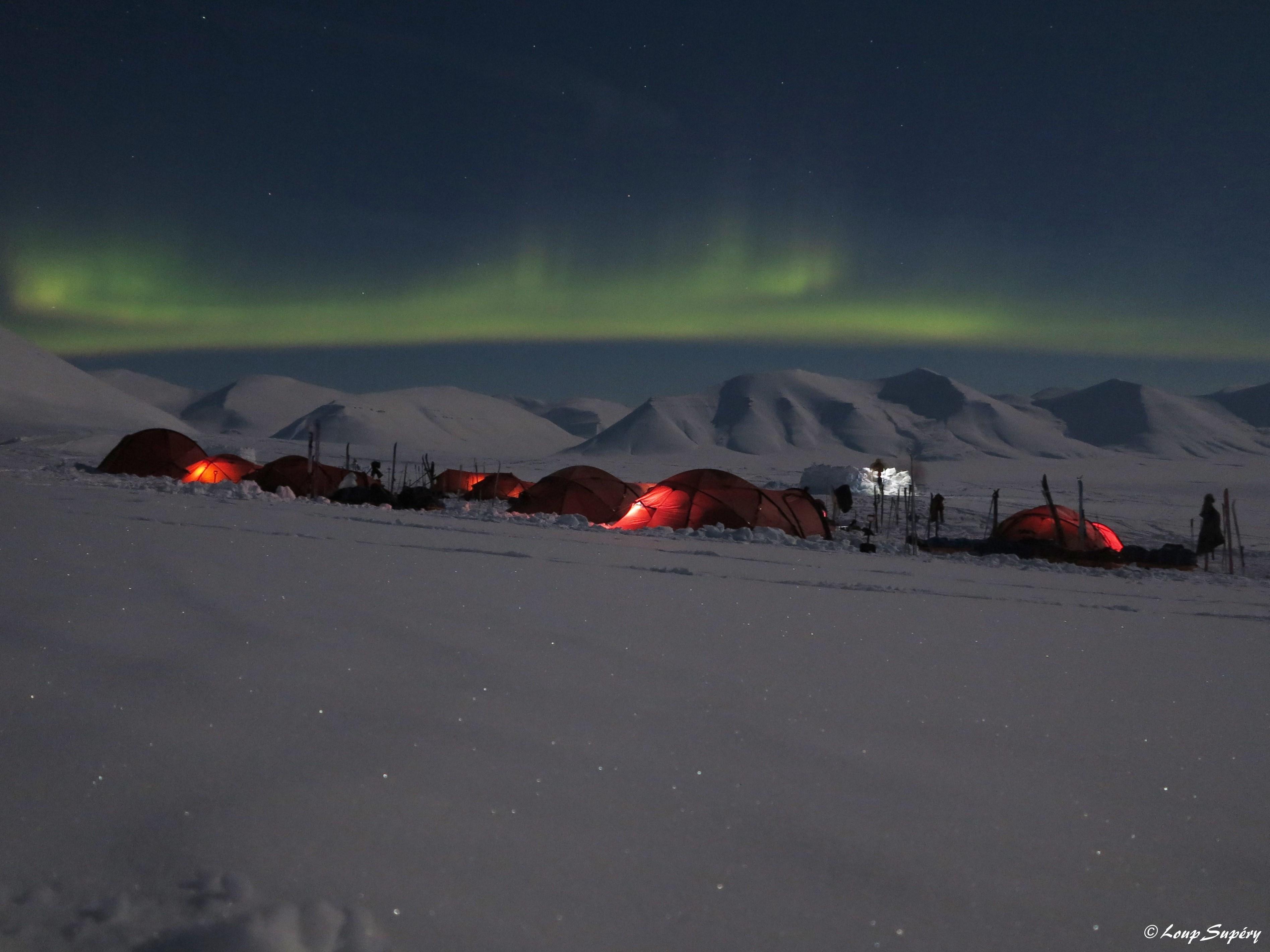 Le camp sous les aurores boréales. Pendant une expédition à skis de 9 jours dans le cadre de la formation. Température -25°C. (mars 2019)