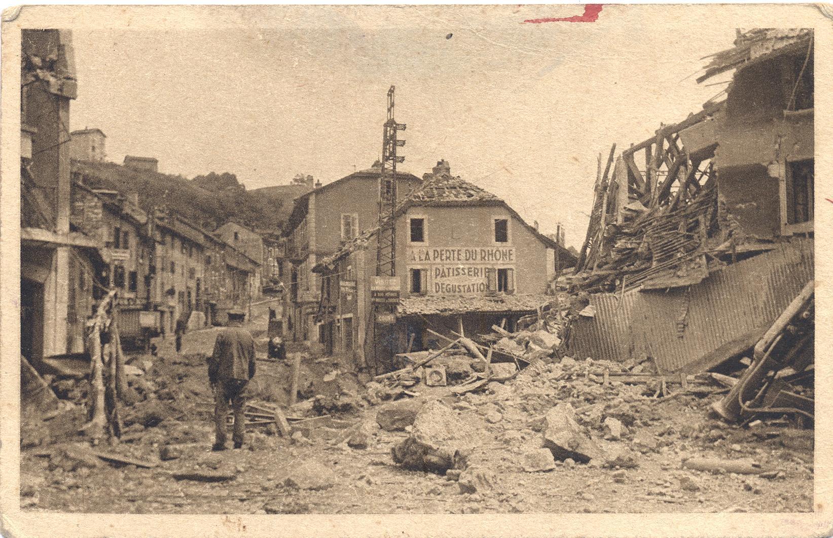 Dévastation au pont de Coupy. Les artificiers français n'ont pas lésiné sur la marchandise.