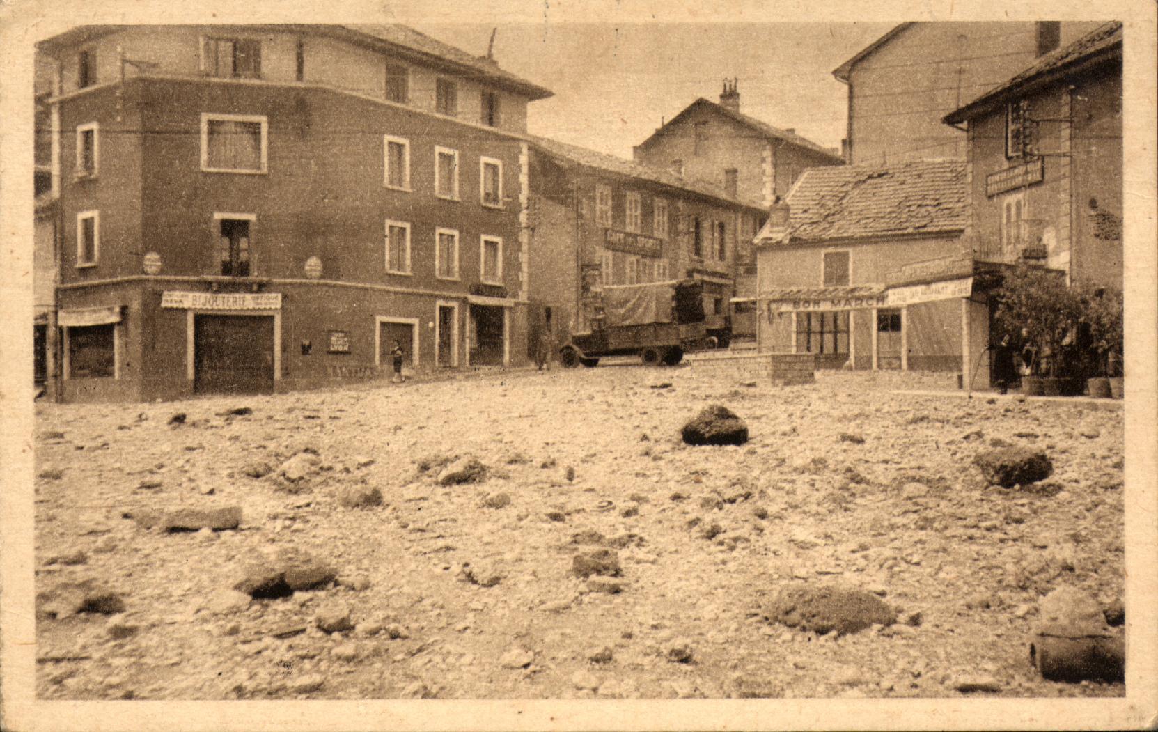 Un bombardement de pierres et de gravats sur la place Bérard, alors place Klébert.