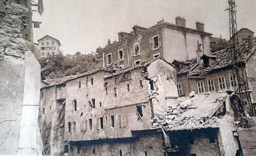 De gros dégâts également rue des Bains, devenue rue Jules-Ferry, le long de la Valserine en amont du pont.