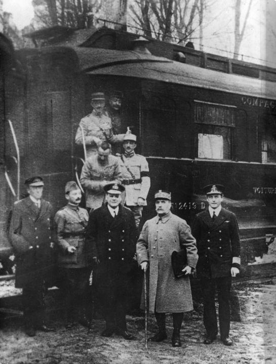La seule photo existante de l'armistice du 11 novembre 1918. Au premier plan, le Maréchal Foch.