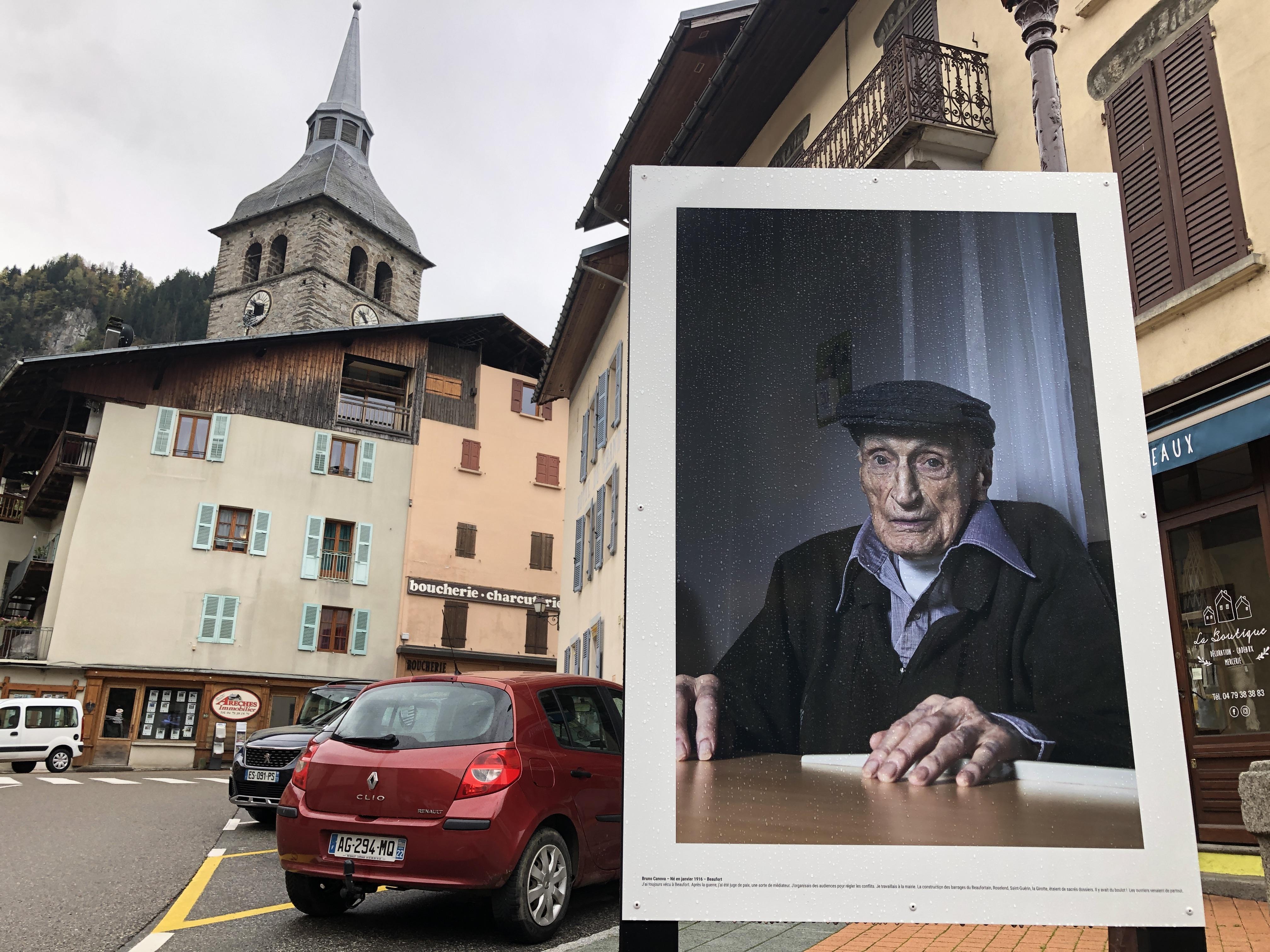 La vieillesse est mise à l'honneur dans les rues de Beaufort où on est happé par ces regards qui en disent long.