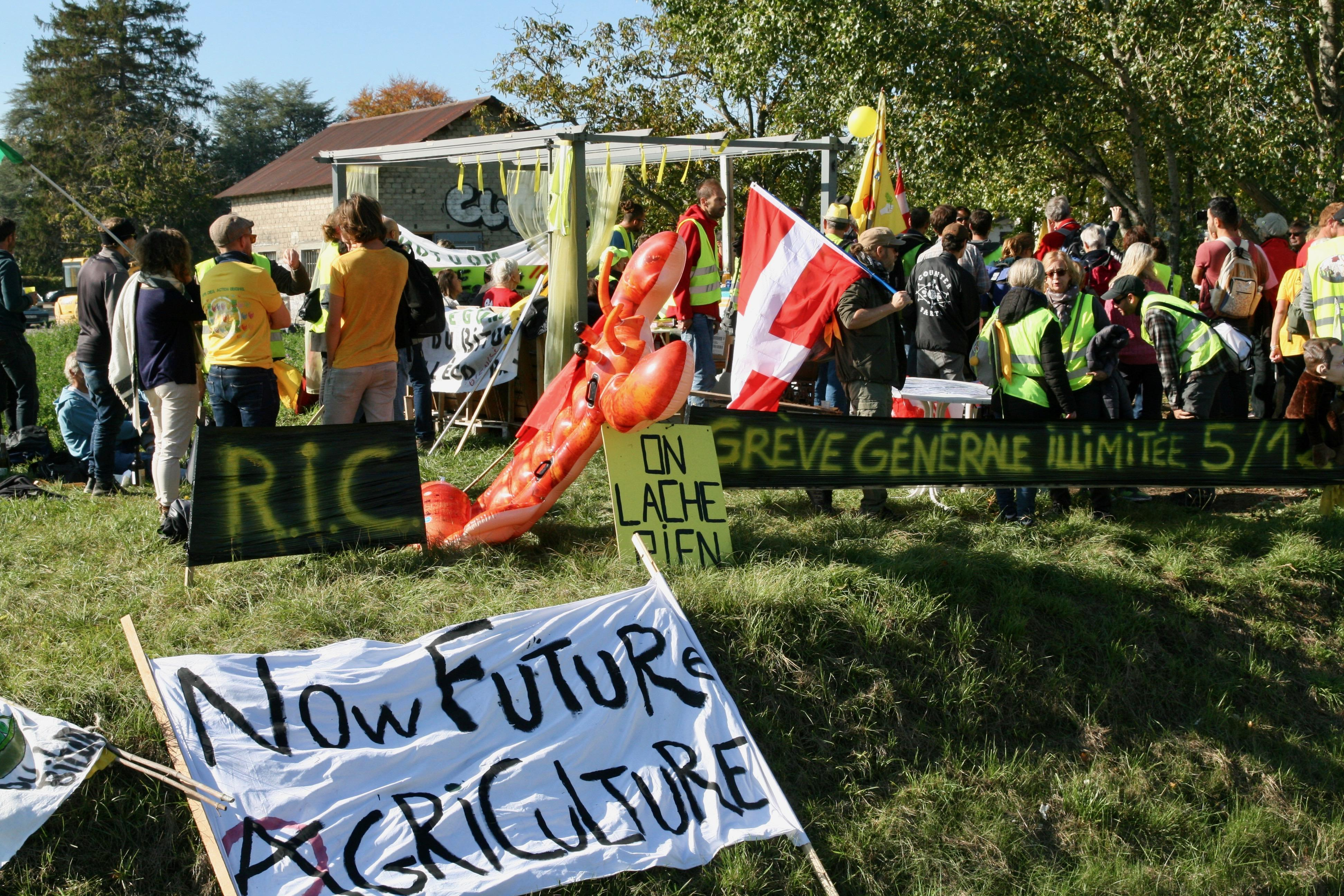 (PHOTOS) Saint-Julien-en-Genevois: la Confédération paysanne et les Gilets jaunes se sont mobilisés contre l'écoparc