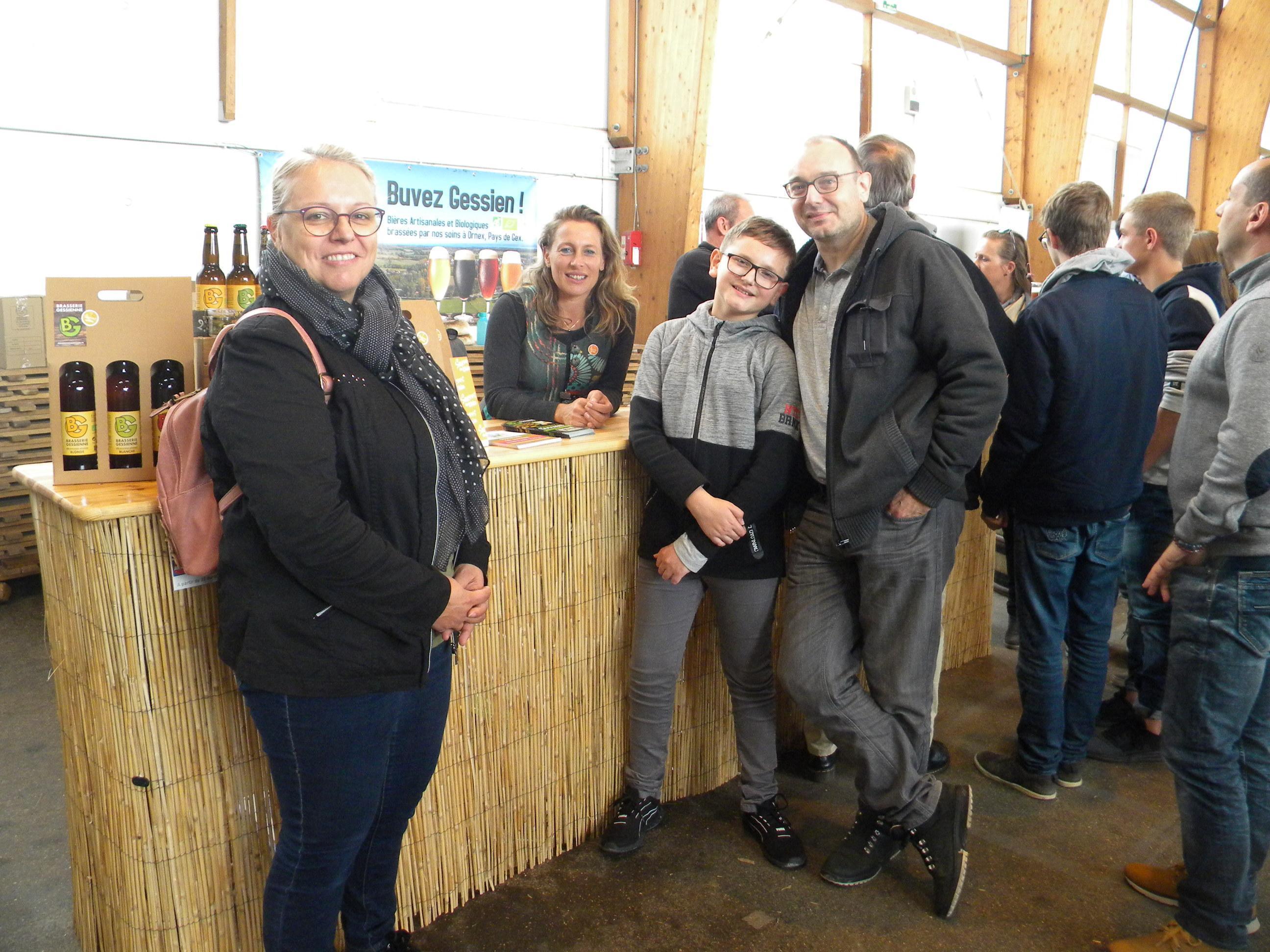 Valerie, Nicolas et Fernand de Gex au stand de la Brasserie Gessienne.