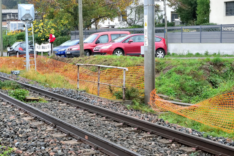 Les protections provisoires sont régulièrement aplaties par les riverains qui continuent à franchir la voie ferrée.